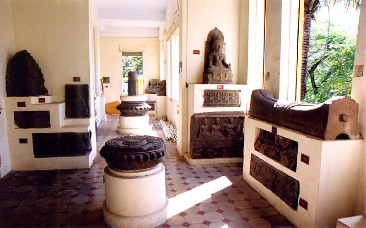 ダナンを効率よく観光!半日:ダナン市内観光(ダナン大聖堂、市場、チャム彫刻博物館、五行山)昼食付