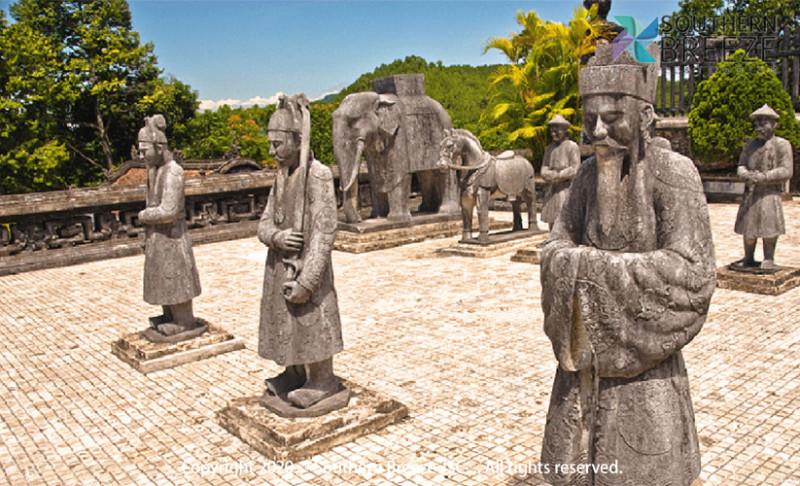 の画像 一日:古都フエ観光(ドラゴンボート&ティエンムー寺・世界遺産王宮・ドンバ市場・トゥドゥック帝廟・カイデイン帝廟)昼食(宮廷料理)付※ドラゴンボートは雨天の場合、中止することがあります。また、毎年日にちが異なりますが、ホンチェン殿の祭りの際にはドラゴンボートが手配不可となります。その場合は、王宮博物館へご案内します。 #11