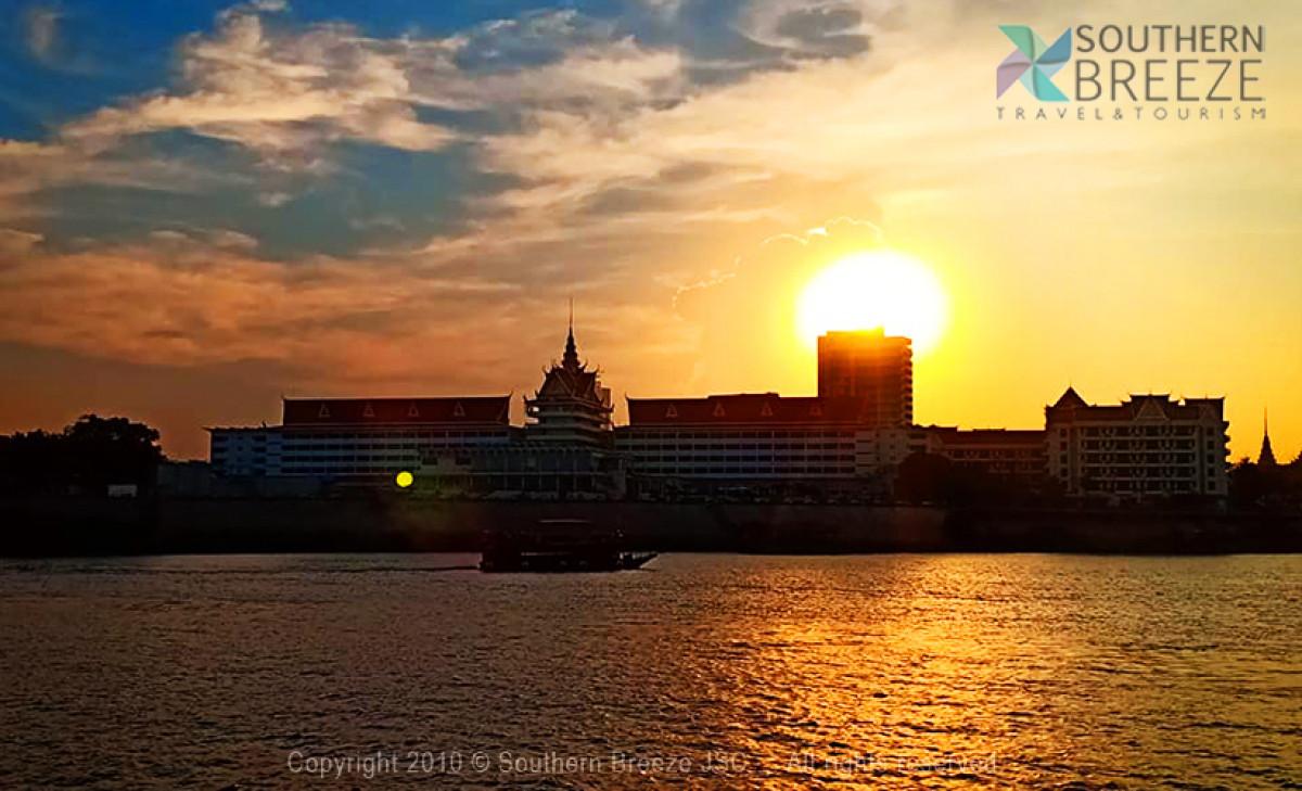 夕方発:プライベート船より夕焼け鑑賞、ライトアップ独立記念塔、ナイトマーケット